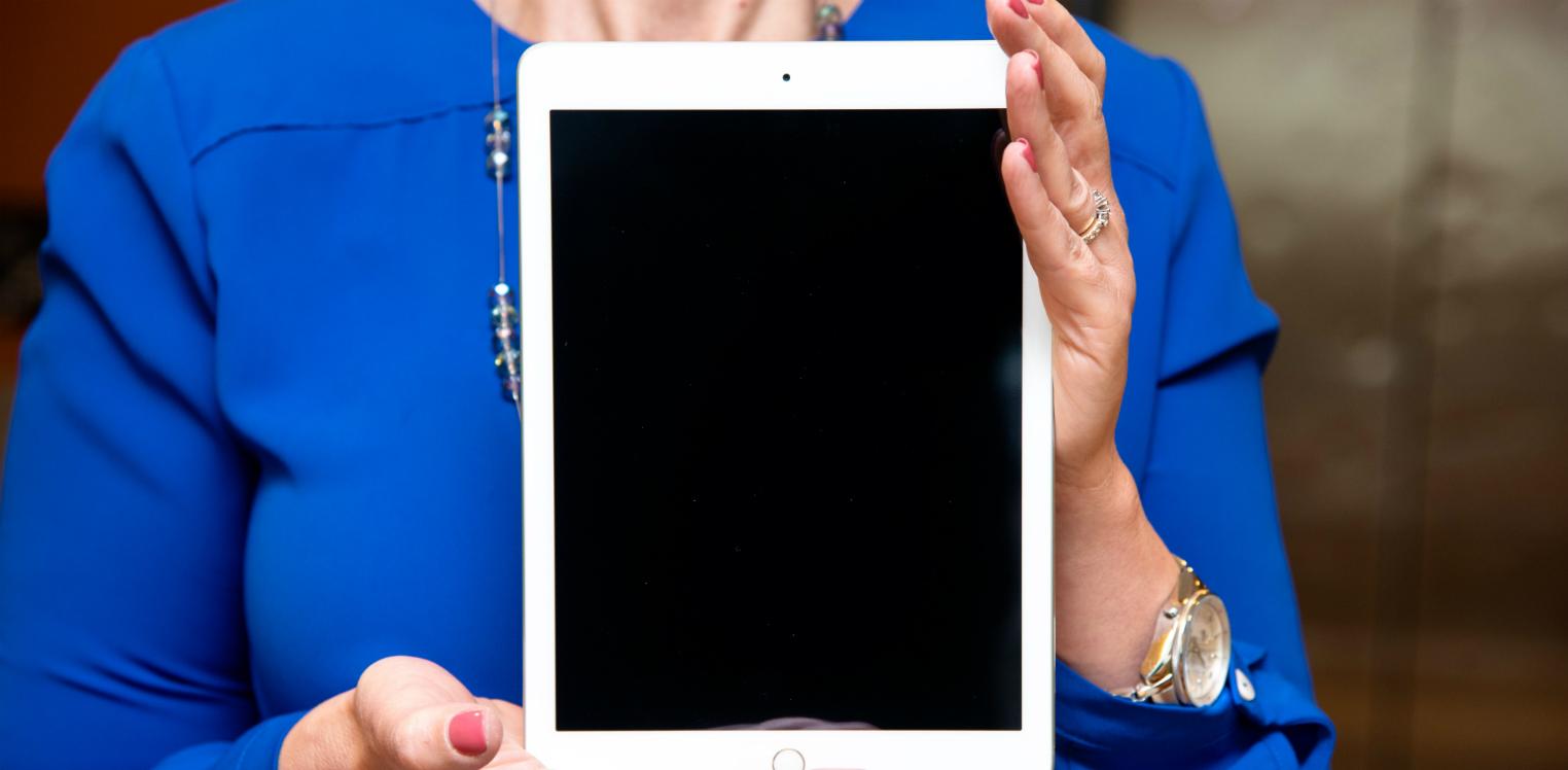 Une femme tenant un iPad