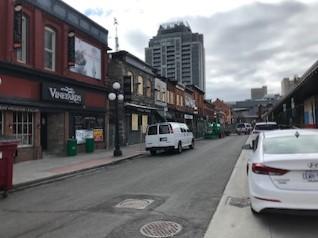 Photo offrant une vue de la rue sur les bâtiments endommagés par un incendie aux 35-43 ½, rue William