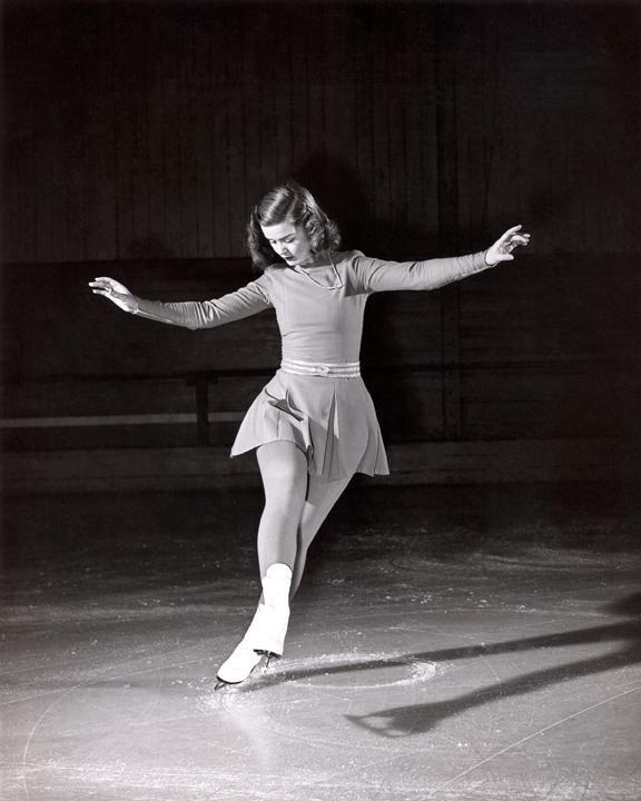 Barbara Ann Scott effectuant des figures obligatoires sur la glace, 1947