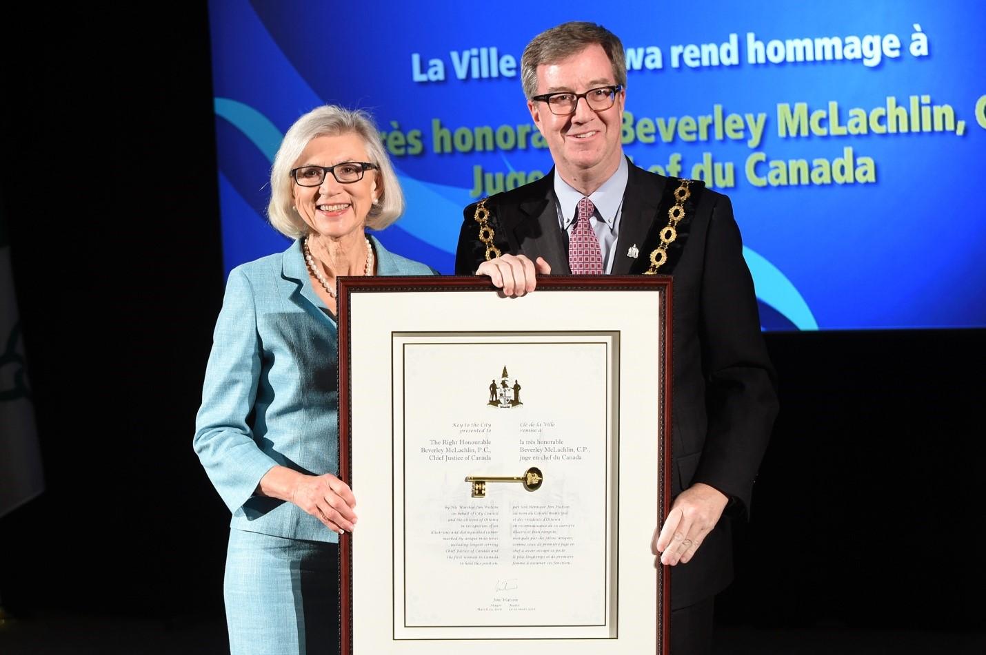 La très honorable Beverly McLachlin et le maire Jim Watson à la cérémonie de réception de la clé de la Ville