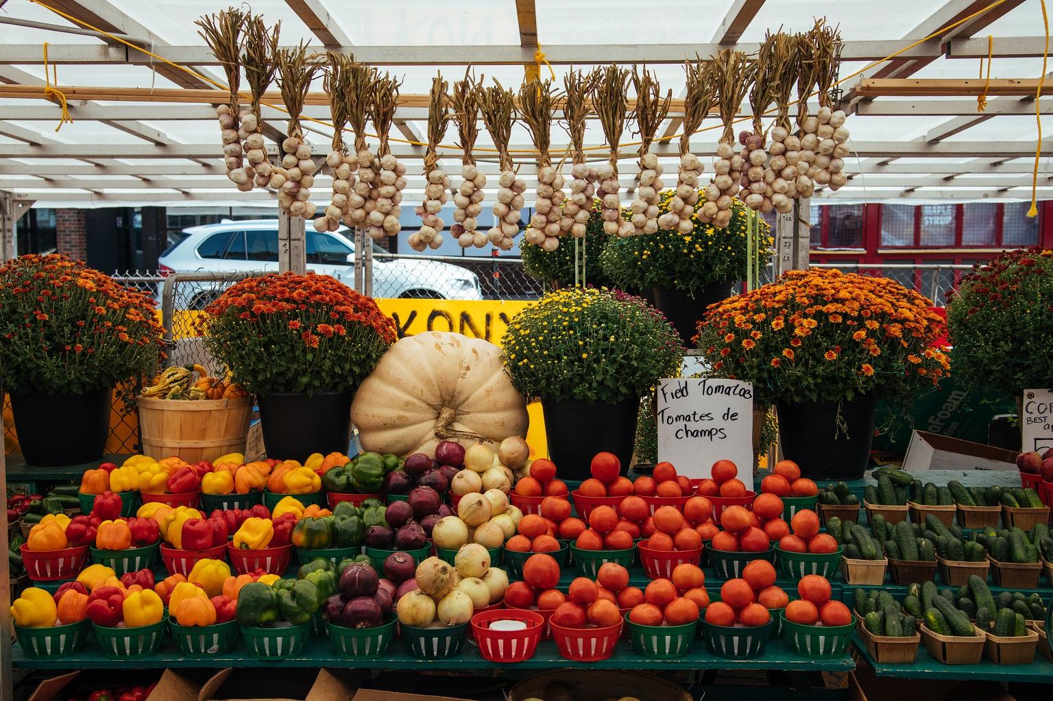 Riche en couleurs, le marché By est une corne d'abondance de fruits, de légumes et de fleurs.
