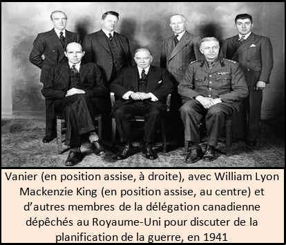 Vanier (en position assise, à droite), avec William Lyon Mackenzie King (en position assise, au centre) et d'autres membres de la délégation canadienne dépêchés au Royaume-Uni pour discuter de la planification de la guerre, en 1941.