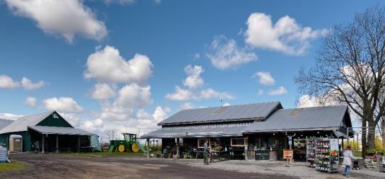 Photo d'un petit magasin de détail situé dans une ferme vendant des produits ainsi que des produits à valeur ajoutée.