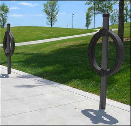 des éléments du paysage de rue, y compris les supports à vélo de la rue Elgin.