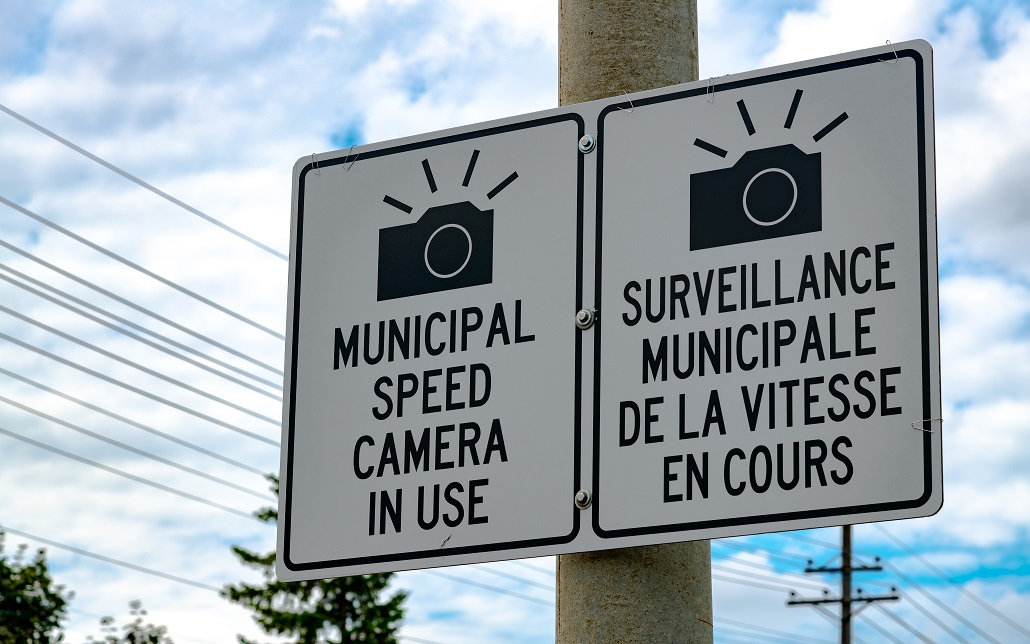 Sign:Municipal speed camera in use. Surveillance municipale de la vitesse en cours.