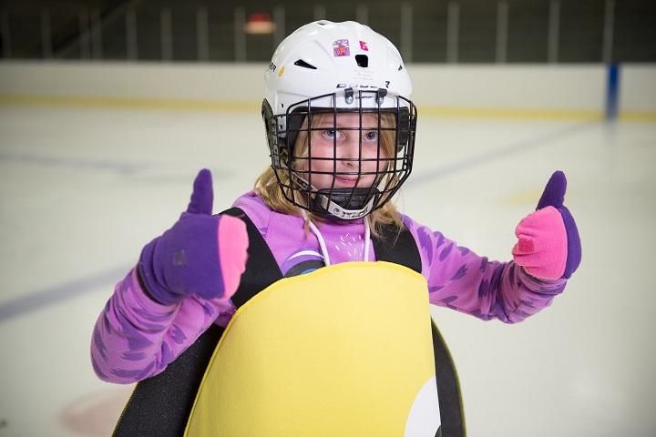 Une fille patinage et costumée