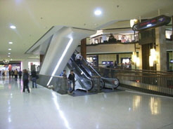 The Rideau Centre provides several escalators, ramps, stairs and elevators within 200 metres of walking distance on each floor.