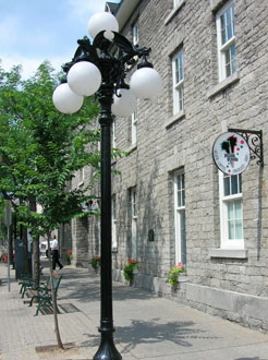 Special streetlights along Murray Street help to define its rich historical character and complement the pedestrian realm.