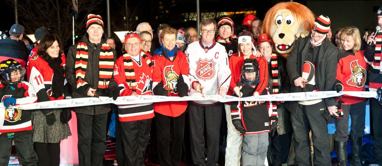 Le maire Jim Watson à coupé le ruban pour le patinoire des rêves Sénateurs, la soirée d'inauguration, le 25 janvier, 2012.