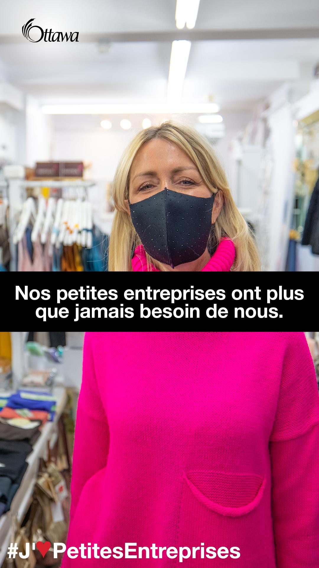 •Une femme qui porte un masque se trouve dans une boutique de vêtements. Nos petites entreprises ont plus que jamais besoin de nous.