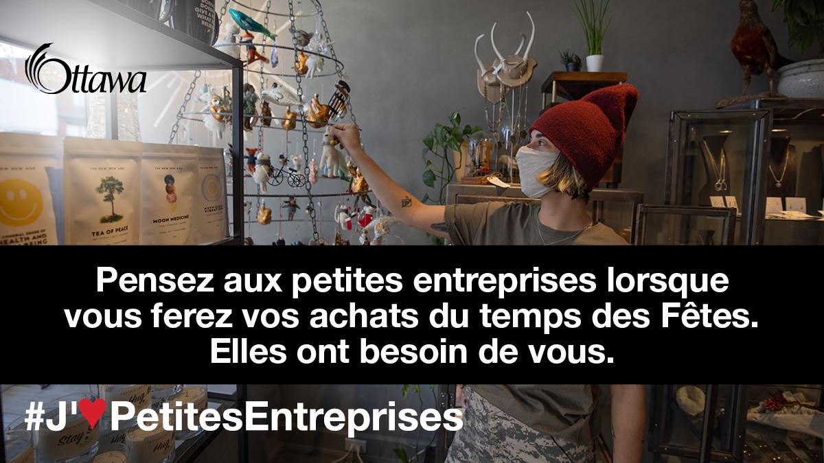 Une femme qui porte un masque se trouve dans une boutique de cadeaux. Pensez aux petites entreprises lorsque vous ferez vos achats du temps des Fêtes. Elles ont besoin de vous.
